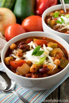 Vegetable Chili - This recipe is incredible! You'll never miss the meat in this delicious vegetable chili. Healthy Chili, Veggie Chili, Vegetarian Chili, Vegetarian Recipes, Cooking Recipes, Healthy Recipes, Whole30 Chili, Fast Recipes, Chilli Recipes
