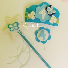 Bacchetta e coroncina azzurre per festa compleanno bimba realizzate a mano con stoffa. Handmade blue crown and magic wand for birthday.
