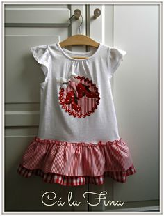 Vestido-camiseta con tacones en rojo y blanco. #camisetasflamencas #camisetaspersonalizadas #camisetasdecoradas