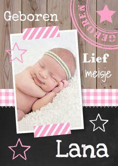 Hip geboortekaartje met houtprint, krijtbord, roze ruit en eigen foto.
