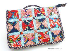 The patchwork is gorgeous. Sewing Hacks, Sewing Tutorials, Sewing Crafts, Sewing Projects, Sewing Patterns, Tutorial Sewing, Free Tutorials, Sewing Case, Sewing Box