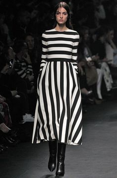 valentino by mario Fashion Week, Look Fashion, Fashion Brand, Runway Fashion, Fashion Design, Style Noir, Stripped Dress, Mode Chic, Style Casual