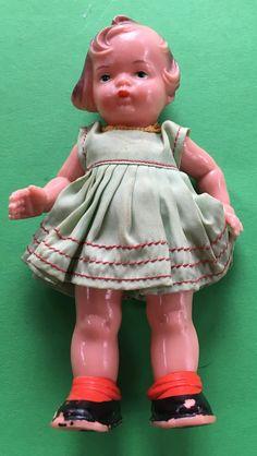 stará hračka - panenka - značená - malá - oblečená