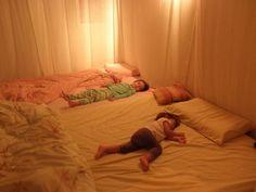 Matratzenlager - sieht herrlich gemütlich aus.