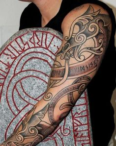Tatouage homme Viking: la signification des symboles les plus courants CELTES ET VIKINGS Forearm Tattoos, Body Art Tattoos, New Tattoos, Tribal Tattoos, Sleeve Tattoos, Tattoos For Guys, Viking Tattoo Symbol, Norse Tattoo, Viking Tattoo Design