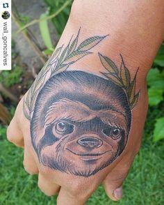 Meninas olham só que demais essa tattoo de bicho preguiça !!   O @wall_goncalves pra quem não sabe é tatuador e faz trabalhos incriveis e exclusivos no estilo neo tradicional ! Venham conhecer o instagram e alguns de seus trabalhos!   Sigam no ig @wall_goncalves  Para mais informações no WhatsApp (12)98150-7270  #instabgs #tattoo #tattoart #tatuador #tatuadores #tatuadorbrasileiro #aneehalves #tatuagens #tatuagem #neotradsub #neotraditional #walltattoo #anewall #art #tattoart #tattoartist…