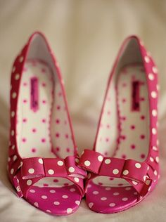 Such fun polka dot shoes! ------------------------ Think brown shoes - white polka dots! Pretty Shoes, Beautiful Shoes, Cute Shoes, Me Too Shoes, Gorgeous Heels, Pink Wedding Shoes, Pink Shoes, Girls Shoes, Bridal Shoes