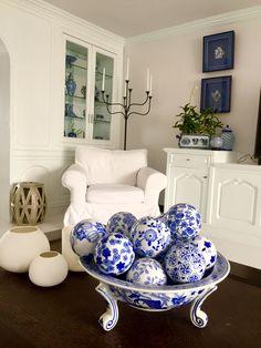 Appreciating a little corner of our condo. #blueandwhite #30yearsofblueandwhite #blueandwhiteforever #bluewhite #blueandwhiteceramics #deadorchid #home #decor #finallyinvogue