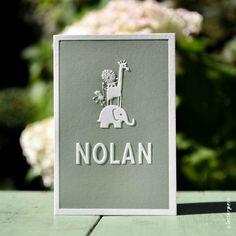 Dit lieve kaartje hebben we voor Nolan mogen ontwerpen. Op de voorkant komen zijn naam en de afbeeldingen naar voren door middel van de preeg. Button Family Picture, Baby Announcement Cards, New Baby Gifts, Family Gifts, Baby Cards, Little Babies, Kids And Parenting, Invitation Cards, New Baby Products