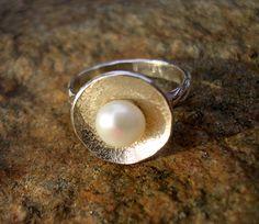 Perlový... Stříbrný prstýnek s říční perlou. Velikost 54 Ruční výroba, autorský šperk