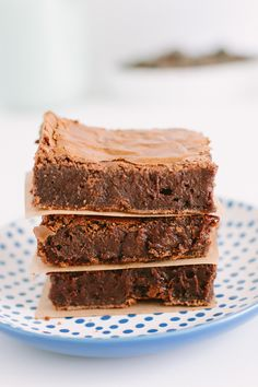 Senhoras e senhores: Vos apresento o melhor brownie do mundo. Ele é massudinho, úmido e com muito chocolate. Já vou alertando que essa receita é extremamente viciante e uma vez que você fizer, vai querer fazer sempre. Em 5 minutos você faz a massa. Depois vem a pior parte que é esperar ele assar, enquanto...Ver Receita »