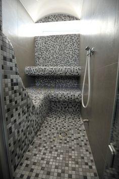 """Steam bath sauna with """"flying bench"""" ## Dampfbad mit erhöhtem Sitz"""