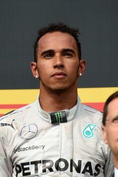 14F1第11戦ハンガリーGP(Hungarian Grand Prix 2014)決勝。3位に入り表彰式に臨むメルセデスAMG(Mercedes AMG)のルイス・ハミルトン(Lewis Hamilton、2014年7月27日撮影)。(c)AFP=時事/AFPBB News