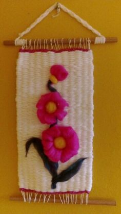 Telar con flores de vellón Tapestry Weaving, Loom Weaving, Felt Wall Hanging, Diy And Crafts, Arts And Crafts, Thread Art, Crochet Bracelet, Needle Felting, Christmas Stockings