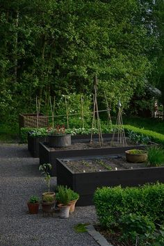 Urban Garden Design Simple raised garden bed inspirations backyard landscaping ideas 11 - You will also have to obtain sand for a filler and some crushed stone or pea gravel for a base. Potager Garden, Veg Garden, Vegetable Garden Design, Garden Cottage, Garden Boxes, Garden Planters, Raised Vegetable Gardens, Raised Garden Beds, Raised Beds