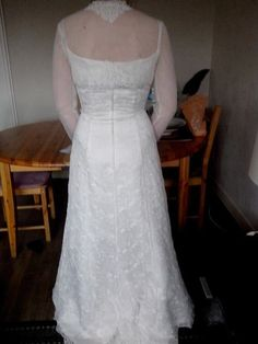 vend très belle robe de mariée de marque Complicité avec son boléro sur l'encolure et le bas du boléro ..    taille 40/42 très bon état     propre sort du pressing