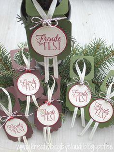 """Mit den Framelitsformen """"einfach angehängt"""" lassen sich diese weihnachtlichen Flaschenanhänger im Nu gestalten. Und das Beste ist, sie sind... Wine Bottle Tags, Wine Tags, Wine Bottle Crafts, Halloween Crafts, Christmas Crafts, Paper Tags, Wine Gifts, Craft Work, Stamping Up"""