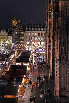 Marché de Noël - Place de la Cathédrale à #Strasbourg © Christophe Urbain