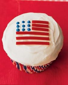 Grand Old Flag Cupcakes. Okay finally...a decorating project that I can do:) Simple and self explanatory. Hehe.