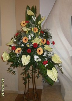 Church Flower Arrangements, Church Flowers, Floral Arrangements, Tropical, Iglesias, Church Ideas, Flower Designs, Flamingo, Christmas Wreaths