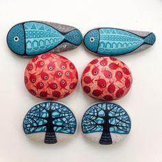 Sevgili Sibel Işık @sybel_ksk taşlarınız hazır  #trees  #schooloffish #fish #turquoise #coral #paintedstones #piedraspintadas #sassidipinti #tasboyama #ink #inkart #schminke #aerocolor #miniaturepainting #zeustones #ayvalikisleri