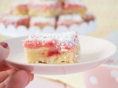 Hallonmums är en en saftig somrig kaka med förmodligen världens godaste glasyr på. Den bakas enkelt i långpanna och är i min värld sommarens godaste kaka.