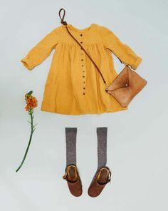 burda style, Schnittmuster, Kleid 08/2017 #129, Elf Metallknöpfe strahlen an diesem Kleid mit dem gelben Krepp um die Wette. Die eingereihten Kanten bringen bequeme Weite und schönen Schwung, die aufgesetzten Taschen machen es praktisch.