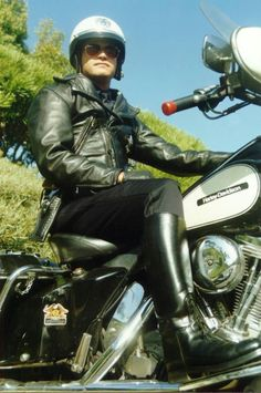 Make this Harley Davison highway patrol cop's - break the speed limit, get pulled over, be a bit cheeky, work your way out of getting booked 😉. Motorcycle Leather, Biker Leather, Motorcycle Boots, Leather Men, Leather Boots, Leather Jacket, Big Black Boots, Tall Boots, Cop Uniform