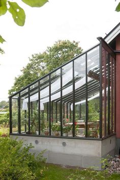 Välkommen in i vårt Galleri I Sweden Green House Greenhouse Attached To House, Backyard Greenhouse, Greenhouse Plans, Glass Green House, Green House Design, Earthship, Sas Entree, Luz Solar, Hillside Landscaping