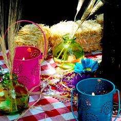 Add some haystacks at your country themed party for decoration and seating! Place tin lanterns on a rustic picnic table for fun lighting! #picnic #country #backyard Picnic Themed Parties, Country Themed Parties, Outdoor Parties, Beach Bbq, Backyard Beach, Long Beach, Summer Table Decorations, Graduation Decorations, Country Picnic