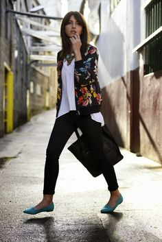 50 Most Modern Street Style Women's Blazer Outfits For Fall And Winter - Page 44 of 50 - Marble Kim Design Bomber Jacket Outfit, Floral Bomber Jacket, Bomber Coat, Casual Outfits, Cute Outfits, Fashion Outfits, Denim Mantel, Modern Street Style, Look Blazer