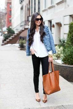 Panter pumps, zwarte broek en bruine shopper.