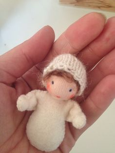 Waldorfdoll made by Else Besjes Tiny Dolls, New Dolls, Soft Dolls, Baby's First Doll, Waldorf Toys, Sewing Dolls, Mini, Dollhouse Dolls, Knitted Dolls