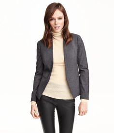FOR SUIT. Fitted jacket in woven fabric with a low stand-up collar, front welt pockets, decorative buttons at cuffs, and no buttons. Vent at back. Lined.