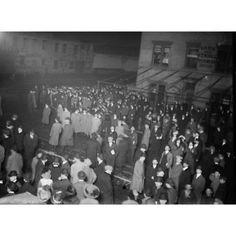 Crowd awaiting Titanic survivors Canvas Art - George G Bain (18 x 24)
