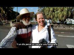 """Este Hombre Se Levanta A Las 2 De La Mañana Para Saludar A Gente Que Ni Siquiera Conoce - Sin importar la hora, el clima o su edad, este hombre de 88 años de edad proveniente de las Bermudas dedica 6 horas al día al entrañable ritual que lo convirtió en uno de los ciudadanos más queridos de la isla.Johnny Barnes, mejorconocido como el """"Sr. Feliz"""", saluda a la gente en la calle, reco... #Video=Noleasmás,solove..., #vive=Personas,animales,lavidaytodossussecuace"""