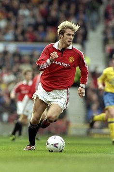 David Beckham of Man Utd in David Beckham Soccer, David Beckham Manchester United, Ronaldo Free Kick, Man Utd Fc, Man Utd Crest, Best Football Players, Curly Hair, Milan, Boards