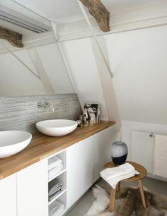 salle de bain sous pente, meubles en bois, tapis en peau d'animal dans la salle de bain sous combles