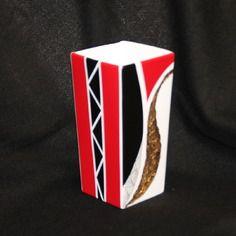 Vase en peinture sur porcelaine carré moderne rouge, noir et doré