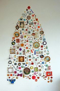 Easy Ideas for Handmade Christmas Decor. Spread holiday cheer with these Wall Christmas Tree - Alternative Christmas Tree Ideas and other holiday ideas. Wall Christmas Tree, Creative Christmas Trees, Noel Christmas, All Things Christmas, Christmas Crafts, Christmas Decorations, Tree Decorations, Christmas Collage, Christmas Ideas