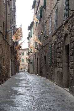 When we say that walking through an Italian city seems like a trip back in time, we weren't kidding. Here's a still-intact medieval alleyway in Siena -- learn more about it here: https://www.touritalynow.com/italy-travel-guide/siena