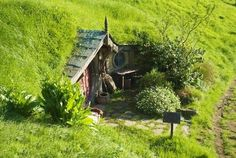 Creative Underground Homes - a rare hobbit-style earth sheltered home with a roofed facade Underground Living, Underground Homes, Earthship, Earth Sheltered Homes, Gnome House, Unusual Homes, Earth Homes, Cabins And Cottages, Fairy Houses