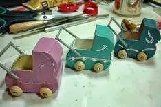 Workshop poppenwagentje Nodig: Een plaatje berkentriplex van 1mm. dikte of karton van 1 mm. dikte Oude goed knippende schaar ...