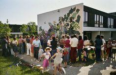 Réalisation d'une fresque par les habitants, circa 1975. © Pierre Lefevre