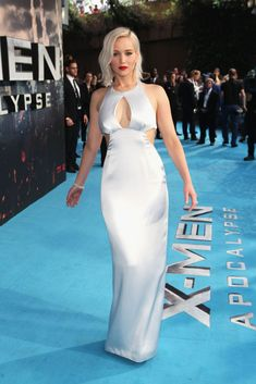 OMG!Jennifer Lawrence looks flawless in her premiere dress!