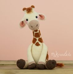 Giraffe Romy turns out at a size of 23 cm with the yarn I used (sockyarn). If you are using yarn with a different gauge the doll measurements will change. Crochet Pouf, Crochet Crafts, Crochet Baby, Crochet Projects, Crochet Giraffe Pattern, Crochet Patterns, Amigurumi Doll, Amigurumi Patterns, Giraffe Toy