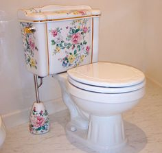 Heritage Decor Shabby Chic saved to Shabby chic design painted toilet with gold highlights with a matching toilet brush holder. 29 Beautiful Shabby Chic Style Bathroom Plans To Consider For Your Apartment Victorian Toilet, Victorian Bathroom, Traditional Toilets, Traditional Bathroom, Shabby Chic Style, Shabby Chic Decor, Bathroom Toilets, Home Furnishings, Painted Furniture