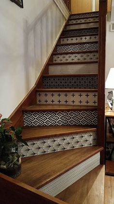 How to Measure and Cut Stair Risers Flur Design, Stair Railing Design, Farmhouse Remodel, Interior Stairs, House Stairs, Home Upgrades, Living Room Inspiration, Home Projects, Home Remodeling