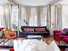 Un salón con varios ambientes