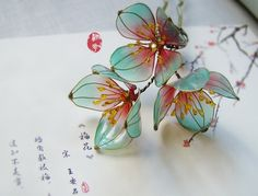 Size:3 Flowers diameter 5~6 CM  Hair accessories flower part is Copper wire and the resin The petals are quite solid,Fall on the ground will not damage If the petals bending deformation,Timely adjustment of petals,Flowers can Reinstate。 liquid resin is made into petals ,have a small amount of bubbles and liquid flow traces, But does not affect the overall results,Mind ,please do not buy。 Do not near fire, heat, otherwise petals will melt 。…